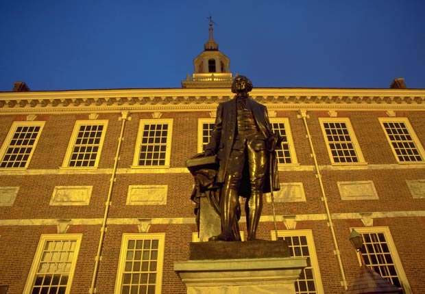 Estatua de George Washington en el Independence National Historical Park - El 4 de julio en el transcurso de la historia
