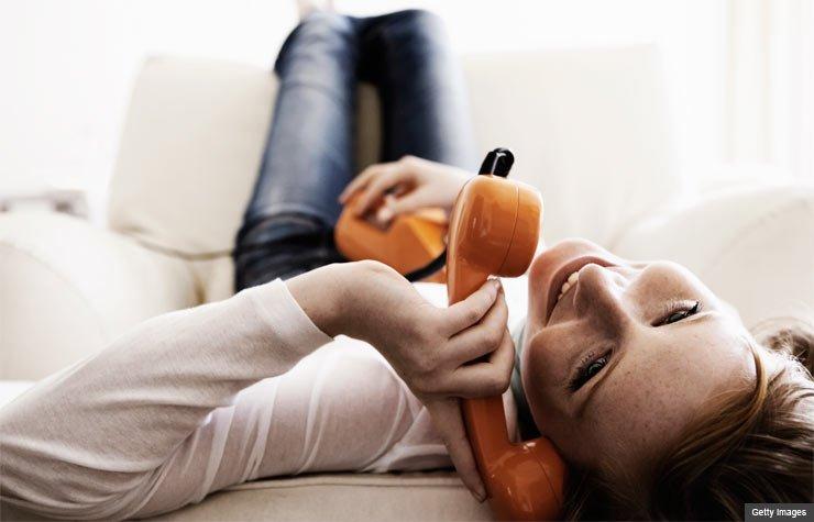 Adolescente en el sofá hablando por teléfono