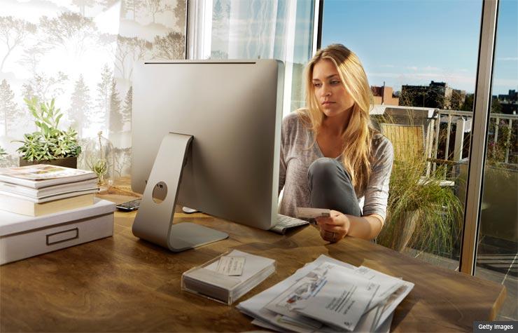 Mujer de comprando en línea
