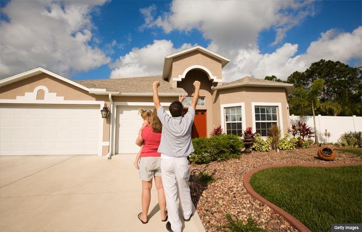 Pareja joven compran su primera casa nueva