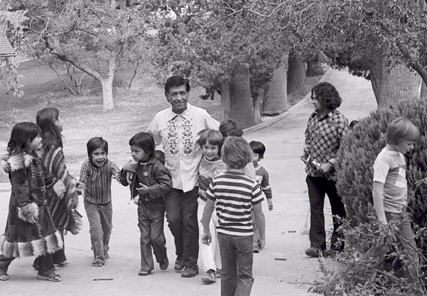 César Chavez y unos niños