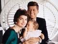 John F. and Jaqueline Kennedy con su hija Caroline de 9 meses