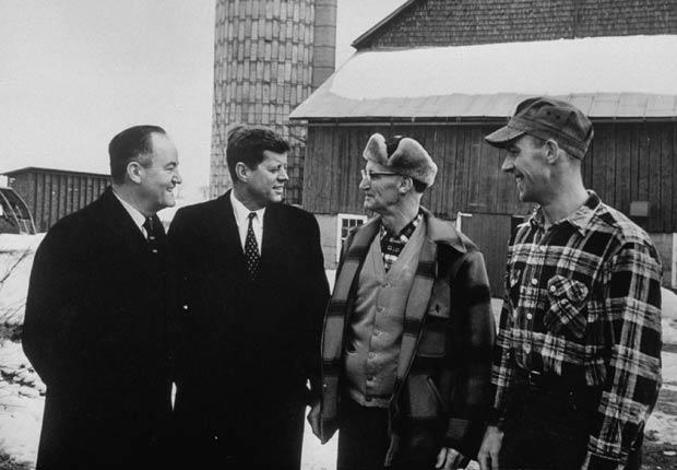 Senador de Minnesota Hubert H. Humphrey (a la izquierda) y John F. Kennedy comparten con unos partidiarios durante las primarias demócratas.