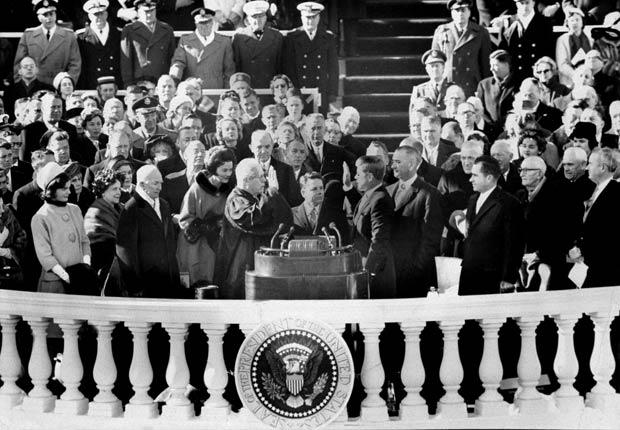 El 21 de enero 1961, Earl Warren, presidente del Tribunal Supremo de los Estados Unidos, administra el juramento a John F. Kennedy para presidente