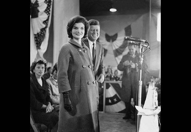 El presidente electo,John F. Kennedy y Jaqueline durante su discurso de aceptación en la Armería de la Guardia Nacional en Hyannis Port.- Imágenes del fotógrafo Jacques Lowe