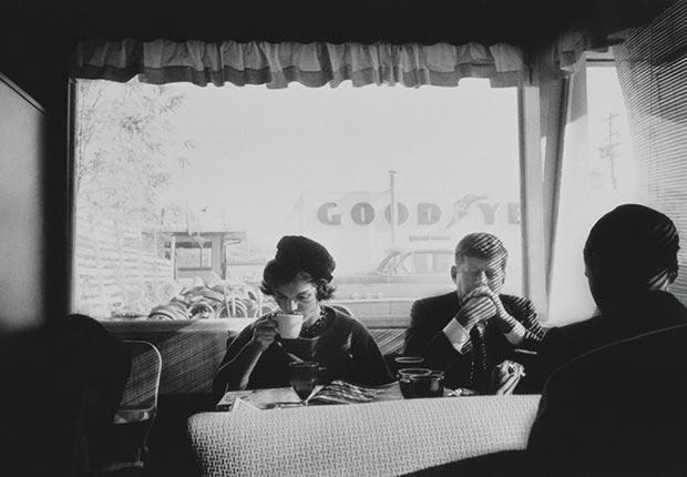 John F. Kennedy y Jacqueline en una cena durante la campaña para presidente - Imágenes del fotógrafo Jacques Lowe