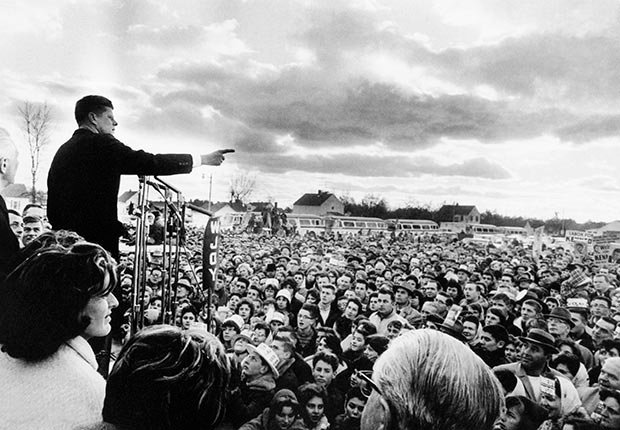JFK habla a sus seguidores en un acto de campaña en Vermont el día antes de las elecciones de 1960 - Imágenes del fotógrafo Jacques Lowe
