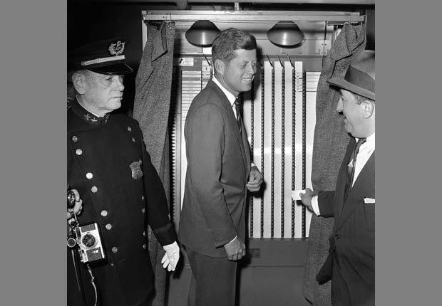 Senador John F. Kennedy el dia de la votación Noviembre 8, 1960