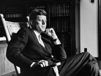 El presidente John F. Kennedy (1917-1963), se relaja en su silla mecedora en la Oficina Oval