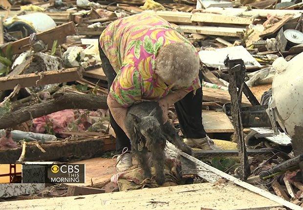 Bárbara García se vio abrumada por la emoción cuando su perro sale detrás de ella entre los escombros de su casa en el tornado de Moore, Oklahoma
