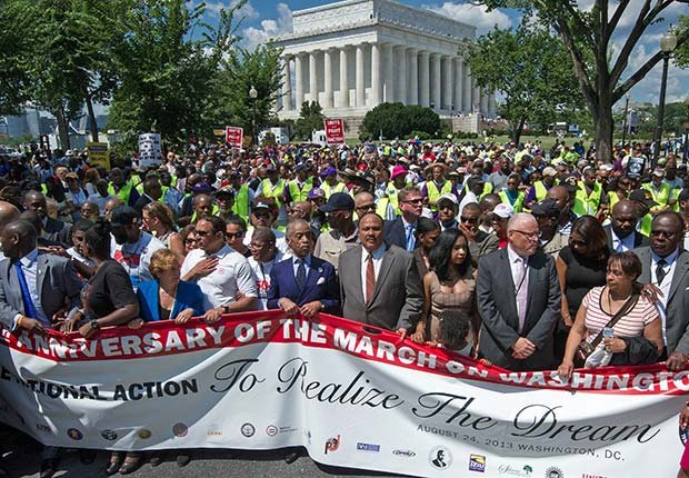 Los manifestantes conmemoran el 50º aniversario de la Marcha sobre Washington el 24 de agosto 2103, en Washington, DC.