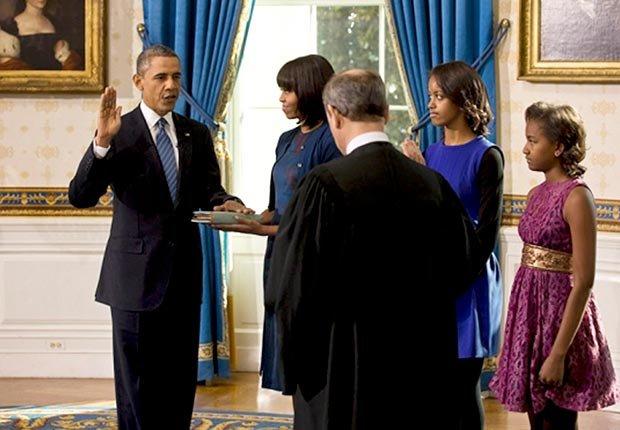 Presidente del Tribunal Supremo John Roberts administra el juramento de su cargo al presidente Barack Obama durante la ceremonia de toma de posesión oficial en el Salón Azul de la Casa Blanca el día de inauguración, Domingo, 20 de enero 2013.