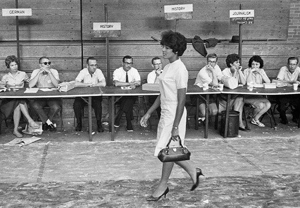 la estudiante de la Universidad de Alabama Vivian Malone se registra para clases. La señorita Malone y su compañero de estudios Jimmy capilla fueron los primeros estudiantes afroamericanos para asistir a la Universidad - 50 Aniversario de la Ley de Derechos Civiles de 1964