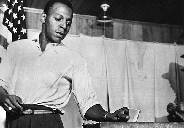 Un ciudadano afroamericano inserta la papeleta en la urna durante las elecciones presidenciales de los Estados Unidos en 1956 - 50 Aniversario de la Ley de Derechos Civiles de 1964