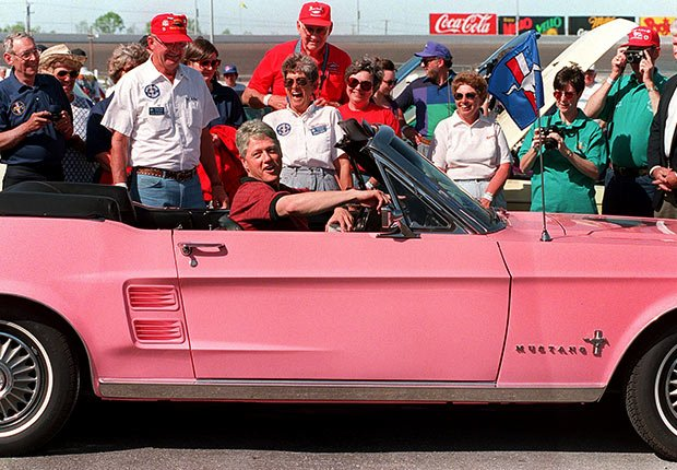 El presidente Bill Clinton en un Ford Mustang de color