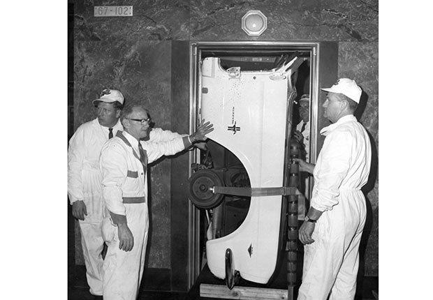 Un Ford Mustang fue puesto en un ascensor en el edificio Empire State de Nueva York.