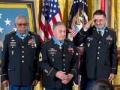 De izquierda a derecha, el sargento Melvin Morris, el sargento José Rodela y el especialista Santiago J. Erevia son aplaudidos por el president Barack Obama, derecha, tras recibir la Medalla de Honor durante una ceremonia en la Casa Blanca el martes 18 de marzo de 2014 en Washington. Obama entregó Medallas de Honor 24 a combatientes en guerras estadounidenses que pertenecen o pertenecieron en su mayoría a minorías étnicas y lucharon en la Segunda Guerra Mundial, la Guerra de Corea y la Guerra de Vietnam. El tío de Lenny Kravitz, Leonard M. Kravitz recibió su medalla de forma póstuma. (Foto AP/ Evan Vucci)