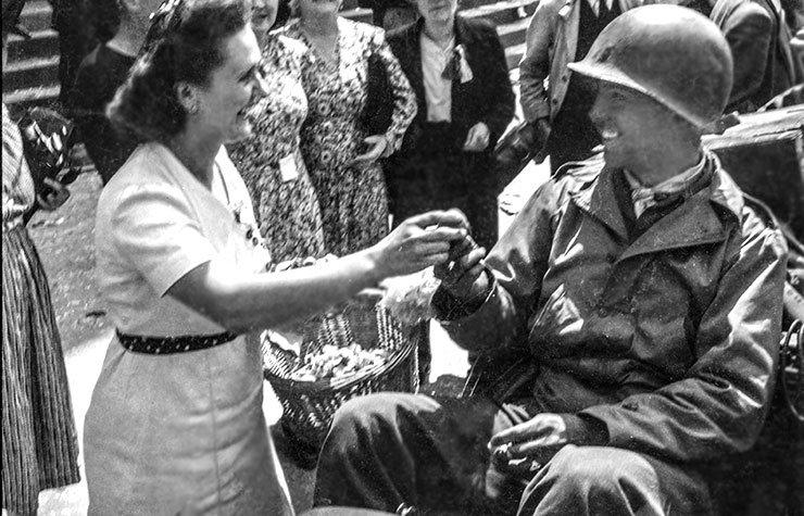 Americanos son recibidos a su llegada a la Plaza del Ayuntamiento en frente del teatro de Rennes, Ille-et-Vilaine, Bretaña, Francia el 4 de agosto de 1944.