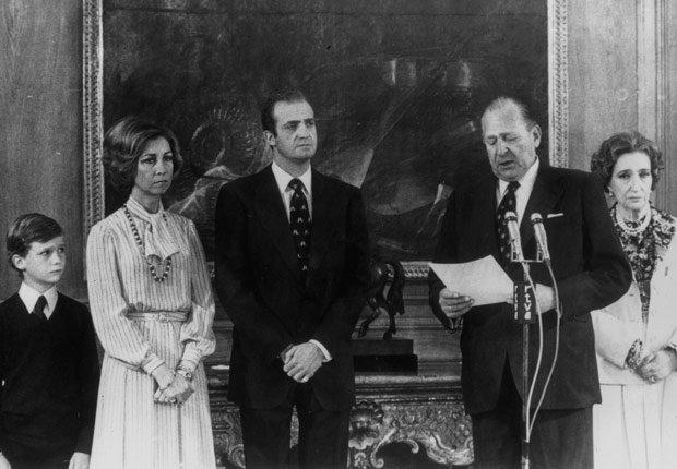 Juan, conde de Barcelona, sede los derechos de la dinastía en favor de su hijo - Rey Juan Carlos y el Príncipe Felipe de España.