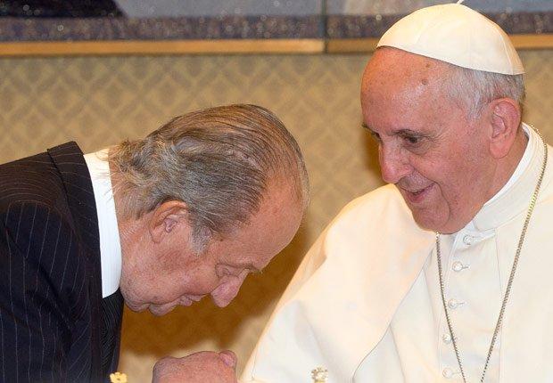 El Rey Juan Carlos recibe al Papa Francisco - Rey Juan Carlos y el Príncipe Felipe de España.
