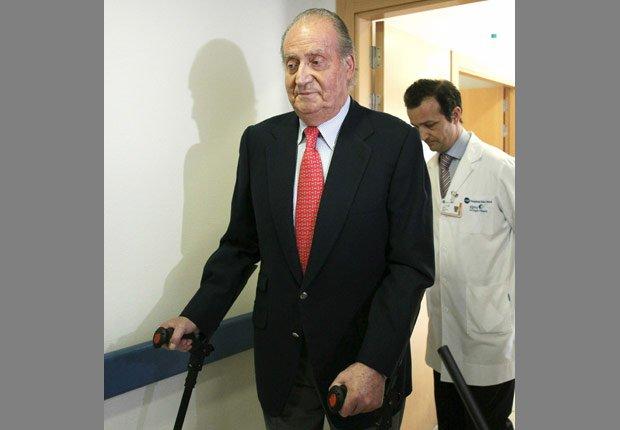 Rey Juan Carlos sale del hospital después de la cirugía, se disculpa por su viaje de caza africana - Rey Juan Carlos y el Príncipe Felipe de España.
