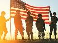 Día de los veteranos - Soldados con una bandera de Estados Unidos