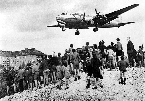 Berlín 1948-49. 25 años de aniversario de la caída del muro de Berlín