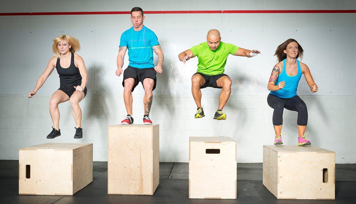 Cuatro personas haciendo ejercicios