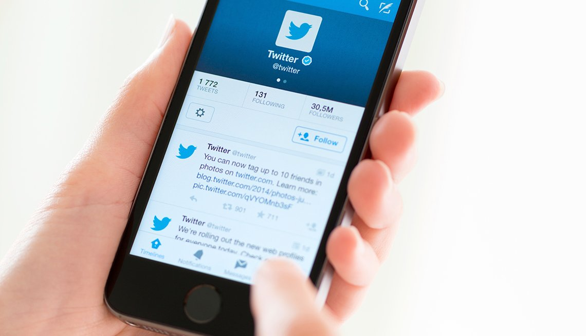 Persona mirando su cuenta de Twitter