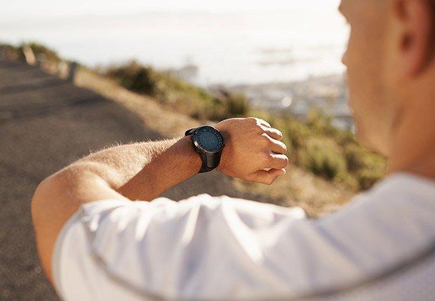 Siete minutos de ejercicio no son suficientes. Hombre mirando su reloj.