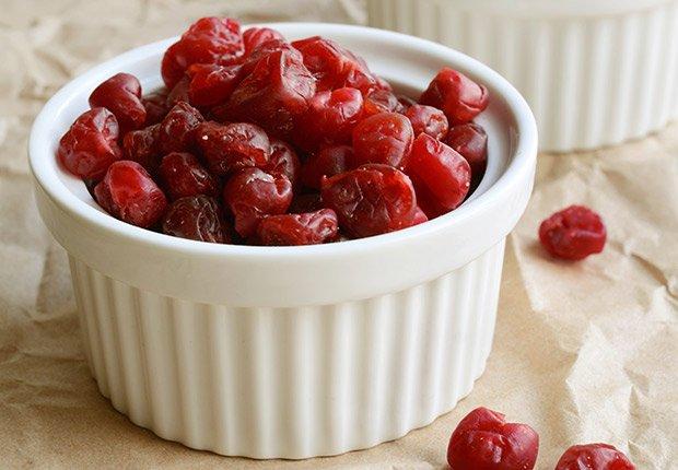 Comida: Cerezas dulces secas en un tazón blanco.