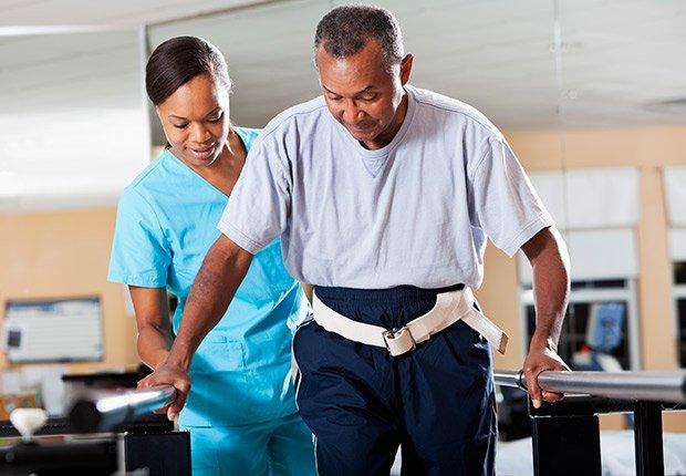 Empleadores: Empresas de atención médica. Hombre realizando terapia física