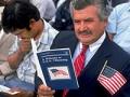 Nuevos ciudadanos de Estados Unidos se preparan para jurar a la bandera en una ceremonia de naturalización de 4.000 personas en Los Ángeles, California.
