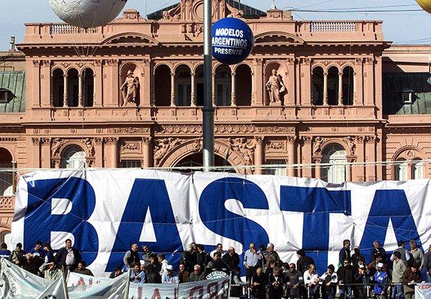 El pueblo argentino se vuelca a las calles en el 2001 en protesta por el colapso de la economía y los controles impuestos a sus cuentas bancarias frente al palacio presidencial en Buenos Aires.
