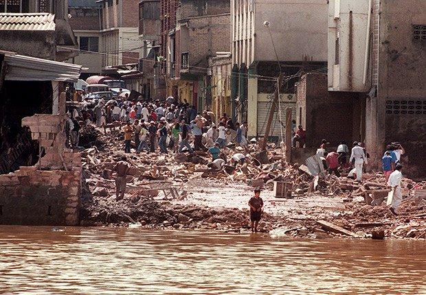 El huracán Mitch causa un daño extremo en Honduras, Guatemala y Nicaragua en 1998.