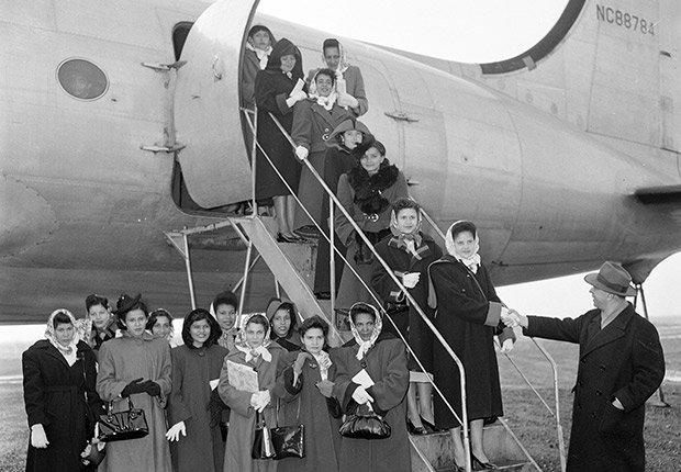 Un grupo de mujeres de Puerto Rico llegan al aeropuerto de Newark, Nueva Jersey, en 1953. Estas mujeres fueron situadas a través del Servicio Estatal de Empleo de los Estados Unidos.