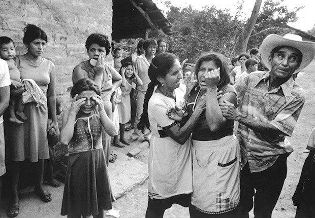 La madre de un soldado muerto recibe su ataúd durante la guerra civil de El Salvador.