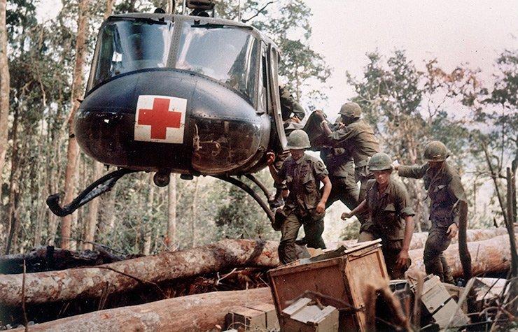 Helicóptero evacuando soldados
