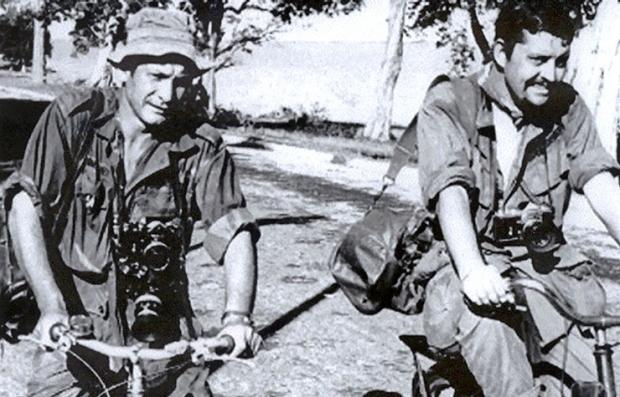 Henri Huet, izquierda, y Richard Pyle a la derecha durante la Guerra de Vietnam