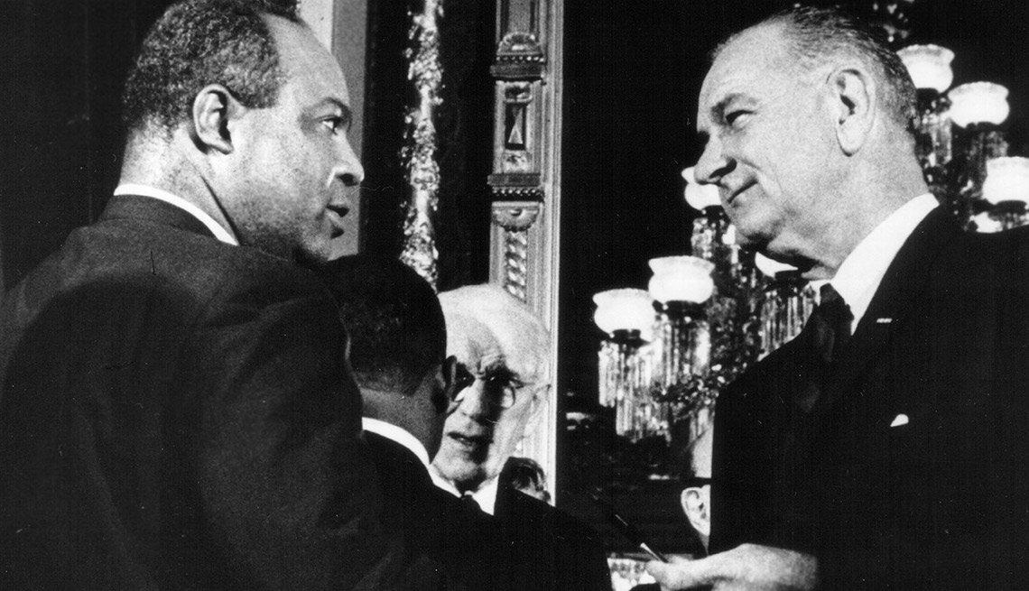Lyndon B. Johnson fue quien firmó la ley que prohibió el discrimen al momento de votar