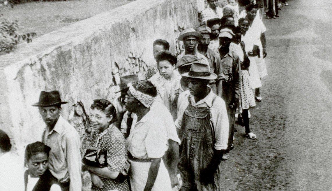 Personas de la raza negra en fila