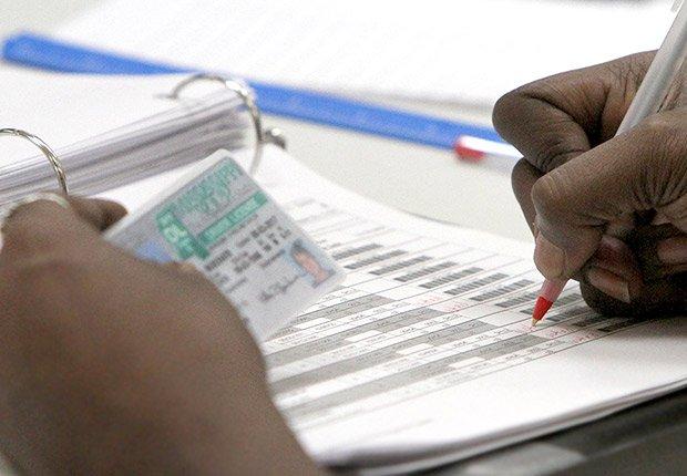 Votante registrándose