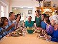Familia hispana reunida - Mes de la Herencia hispana