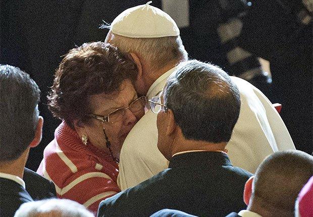Papa Francisco abraza a una de sus seguidoras