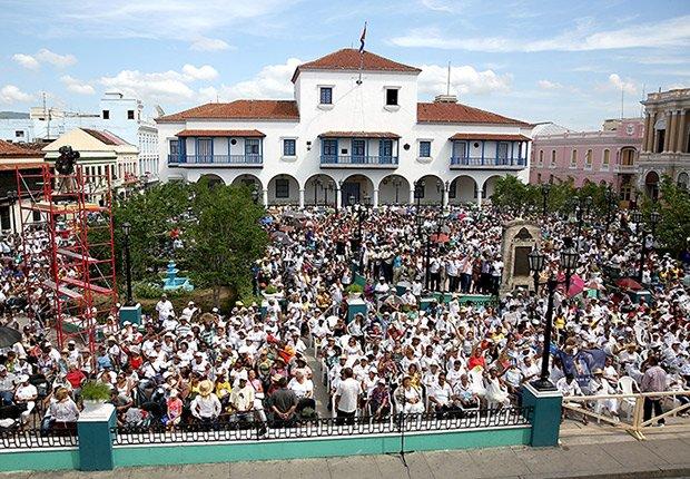 Plaza repleta de feligreses durante la bendición pública del papa Francisco en Santiago, Cuba