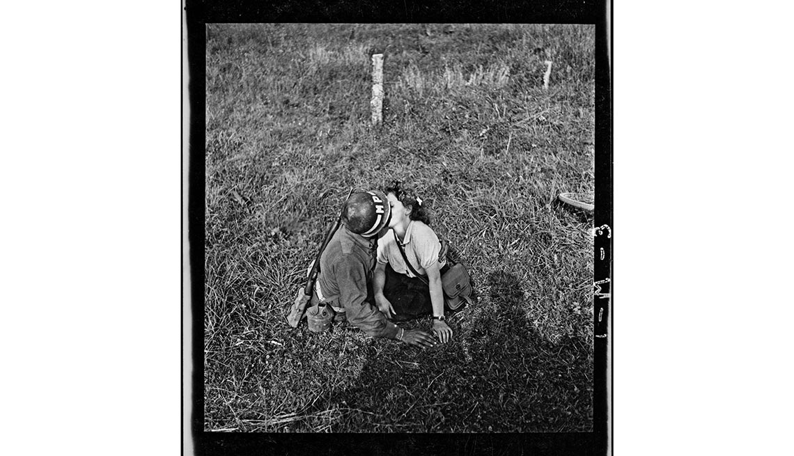 Un soldado y una mujer se besan