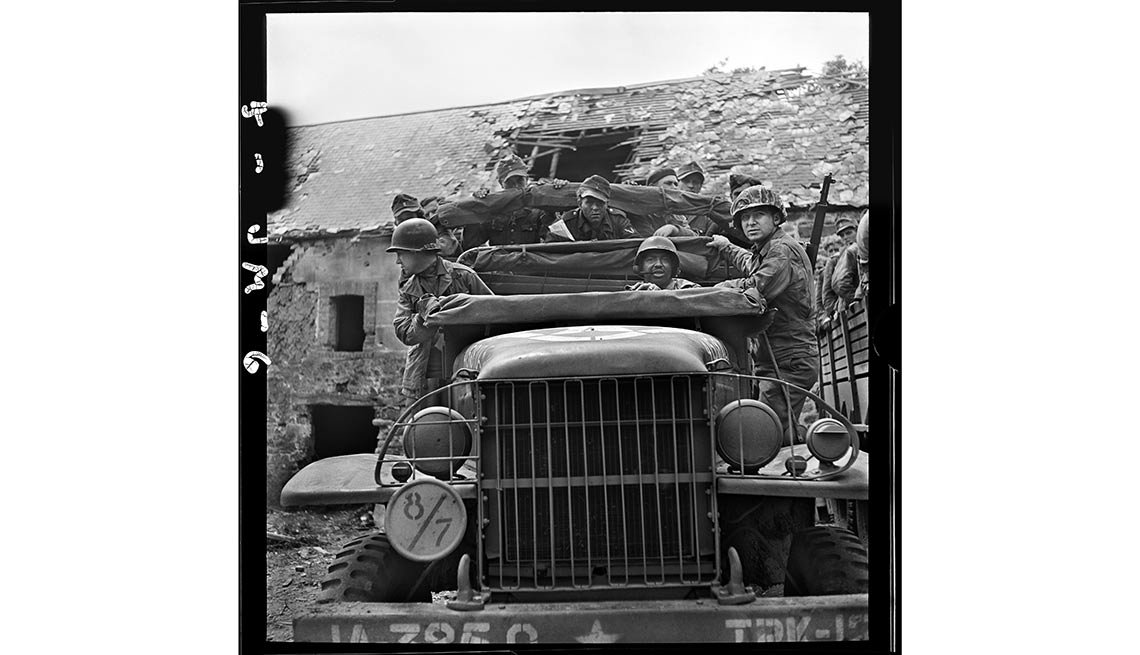 Soldados estadounidenses transportan prisioneros alemanes