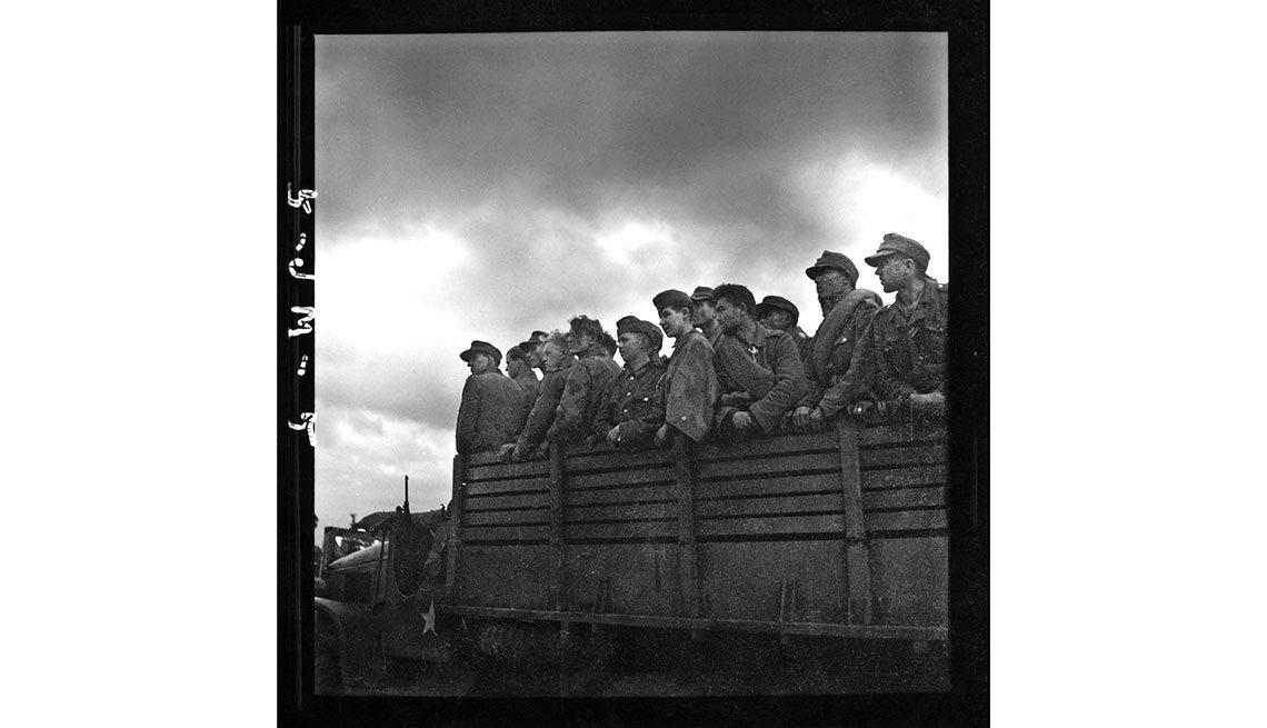 Prisioneros alemanes siendo transportados