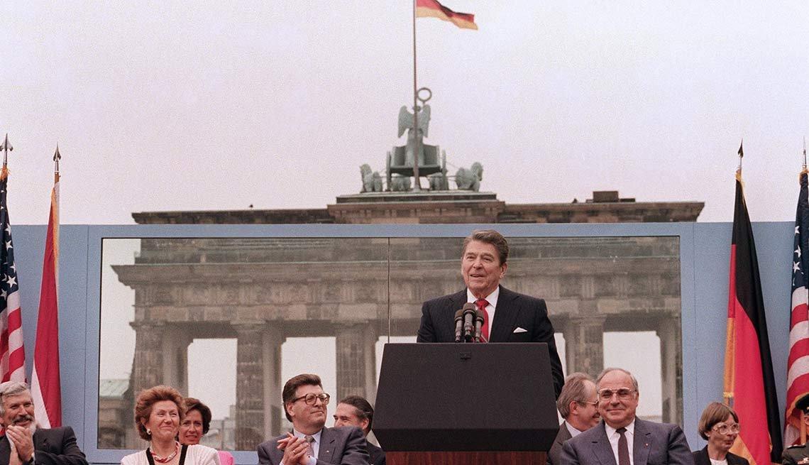 Ronal Reagan dando un discurso luego de la caída del muro de Berlin