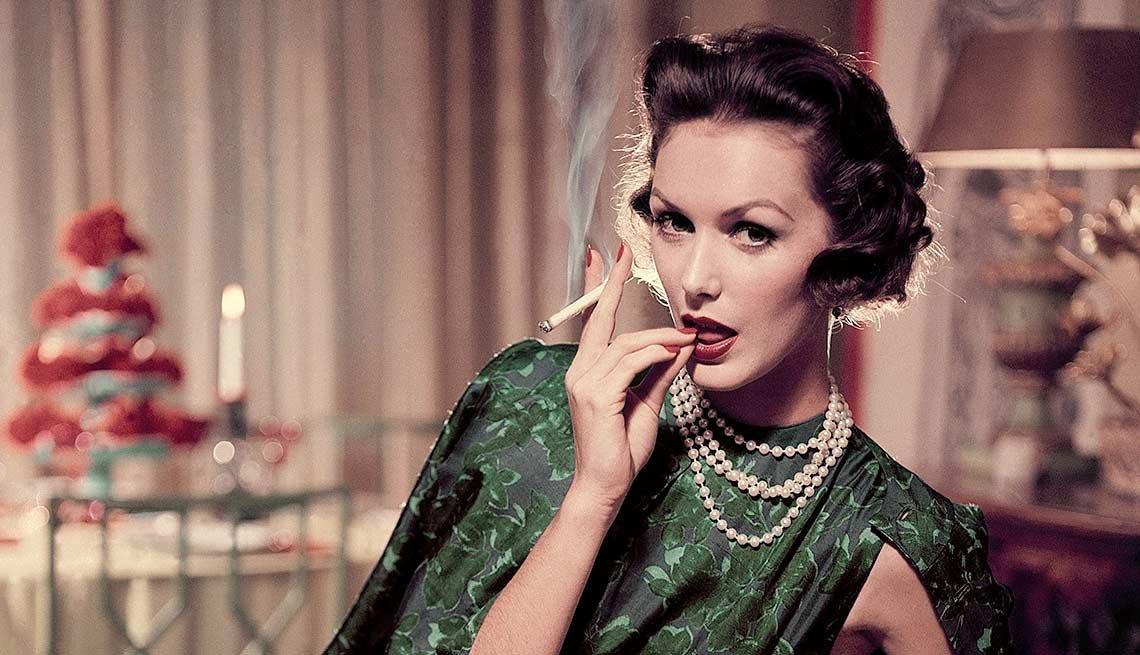 Mujer fumando - Vinculan consumo de tabaco con cáncer